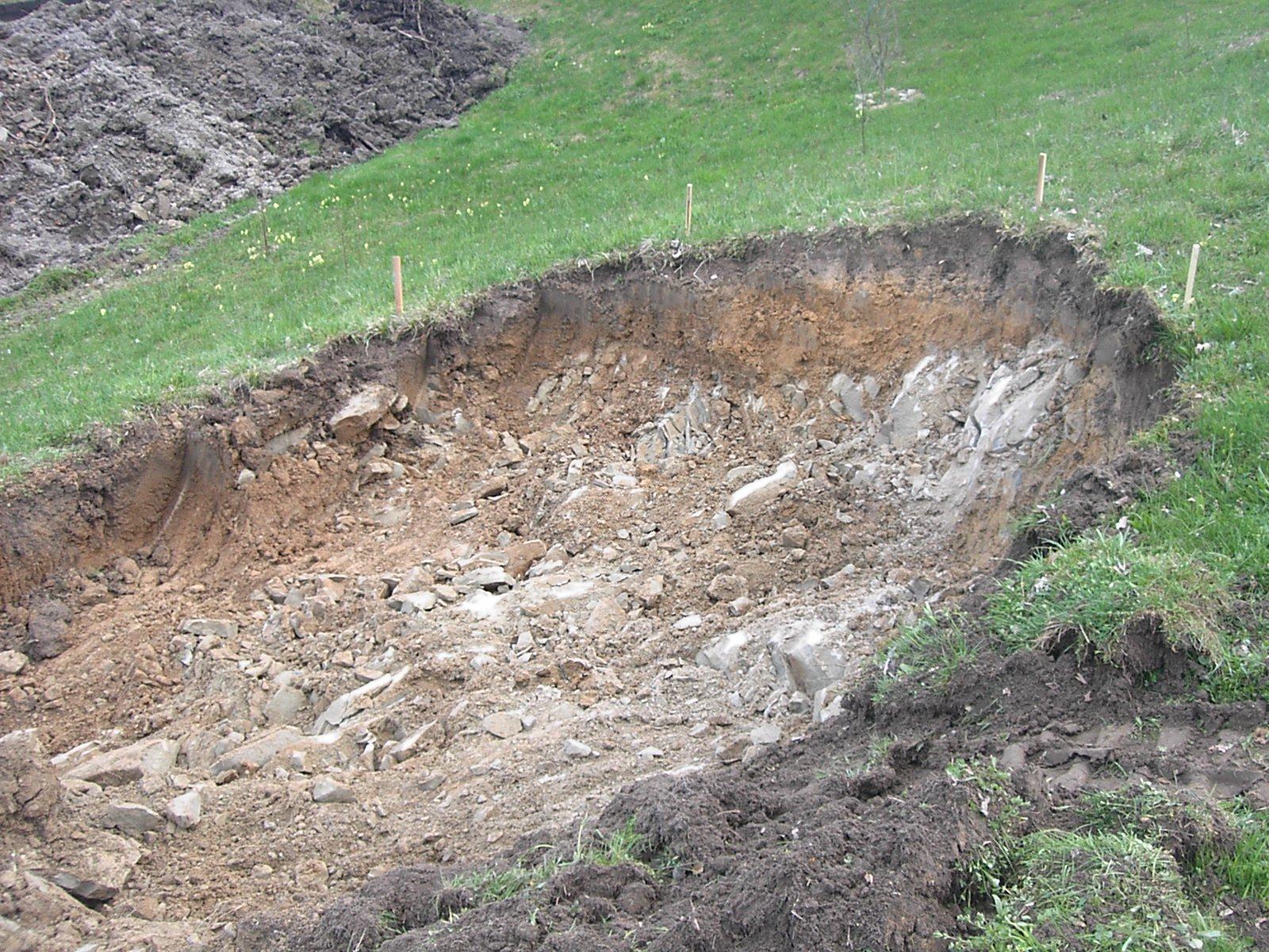 Die Bodenbeschaffenheit: Gras, dicht verwurzelt mit etwas Humus, danach Lehm und Sandstein.